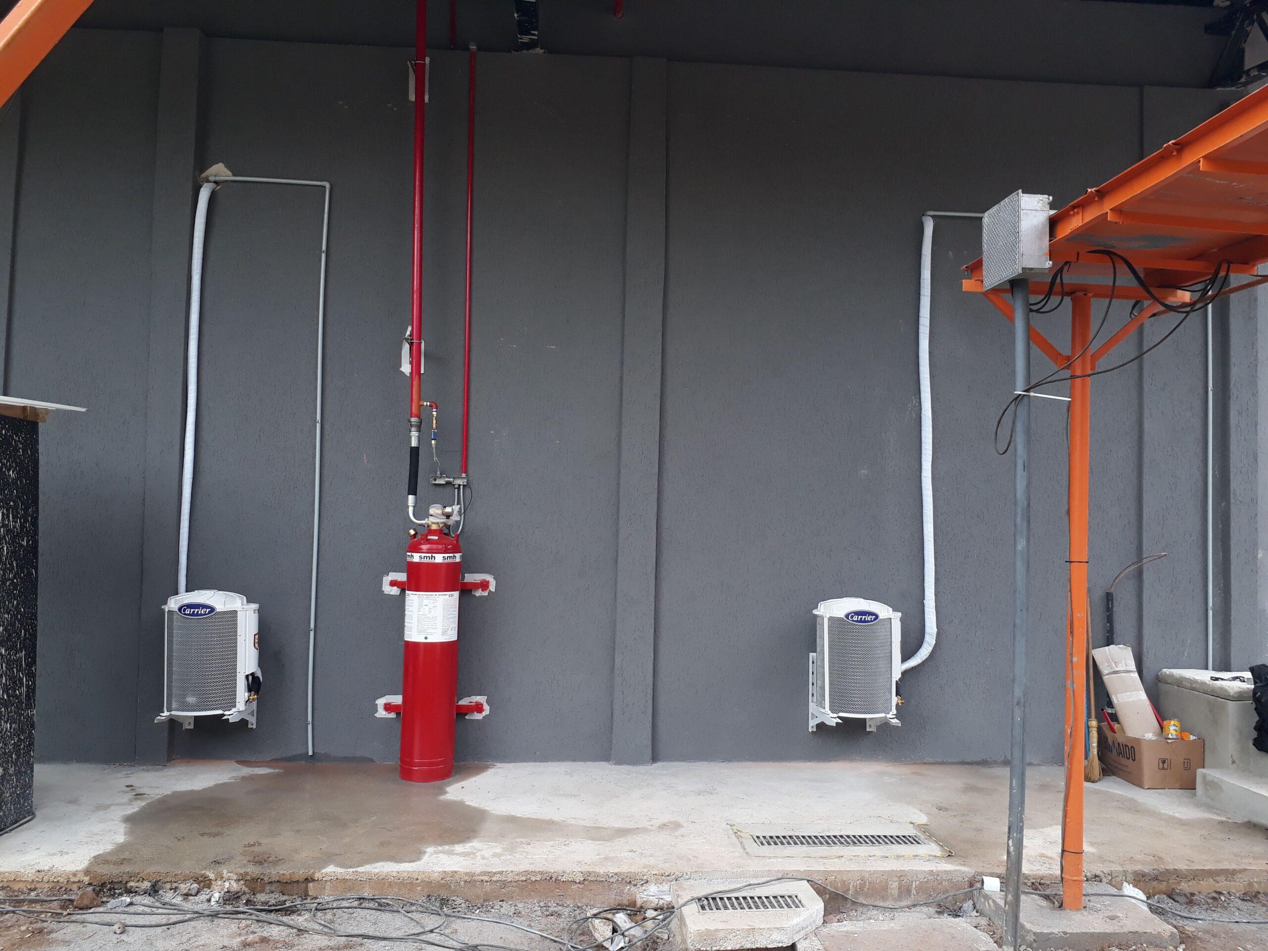Instalação de equipamento piso/teto em sala de baterias